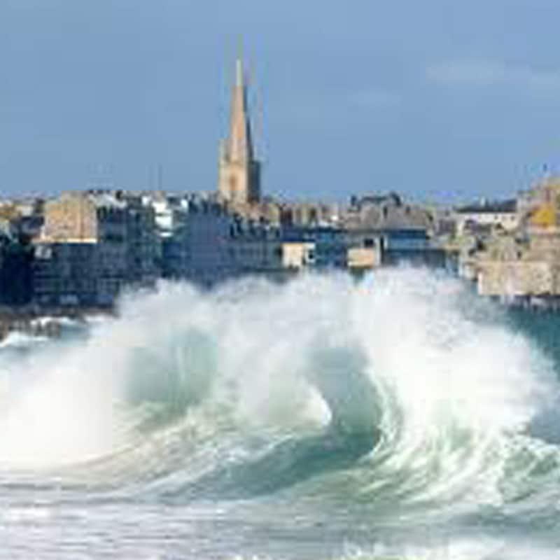 Saint Malo plus grandes marees europe phénomène spectaculaire naturel digue sillon vague cathédrale saint vincent