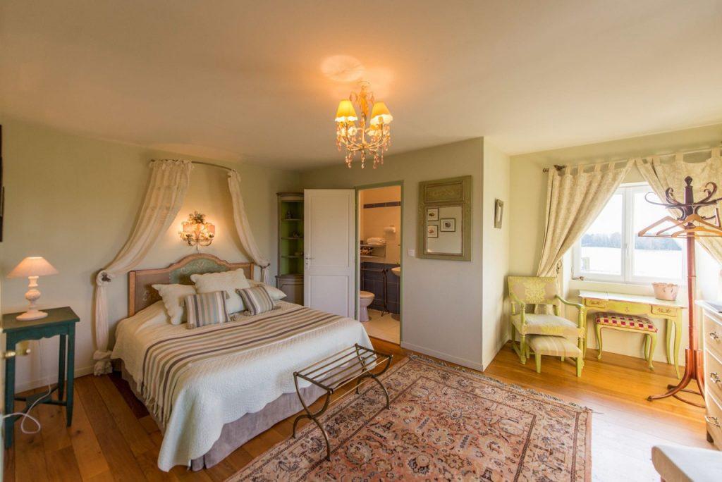 casa senhorial francesa XVIII BB La Barbinais chambres hotes saint malo cezembre king size bed