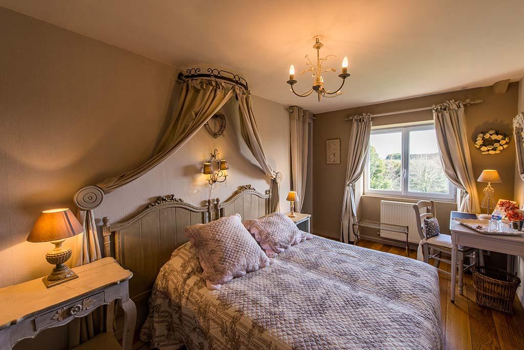 casa senhorial francesa XVIII BB La Barbinais aluga quartos e alberga santo malo cote campagne cama de casal decoração campagne